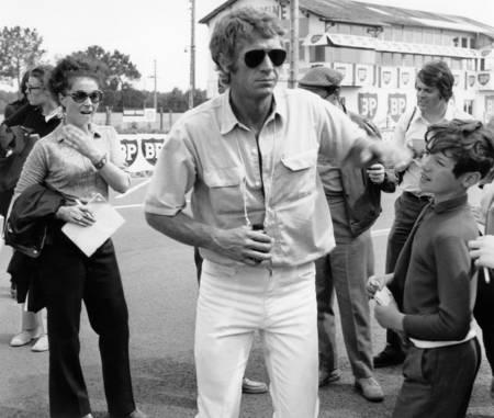 Steve McQueen sur le circuit du Mans en 1969