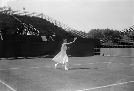 Suzanne Lenglen auf dem Feld