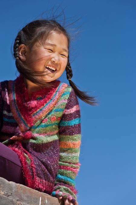 La pequeña niña frente al templo de Erdene Zuu Karakorum