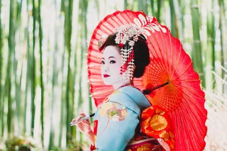 La geisha se reunió en el bosque de bambú