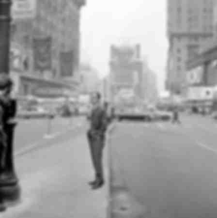 Charles Aznavour dans les rues de New-York