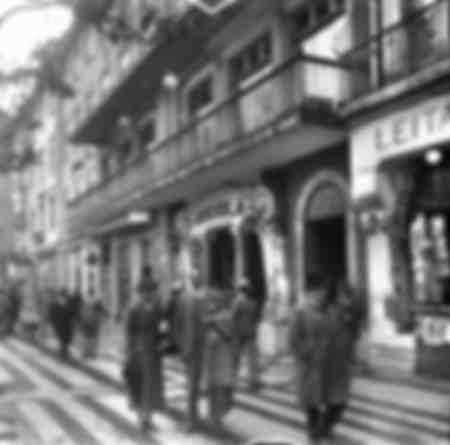Passants dans une rue de Lisbonne