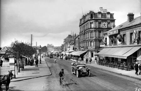 Deauville - La place de la Gare et de la République