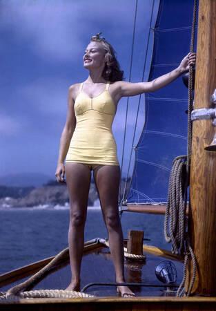 Femme sur un bateau années 50