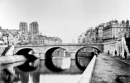 Paris le pont Saint Michel et la cathédrale Notre Dame