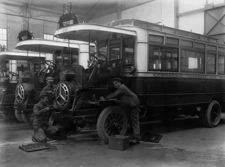 Réparation d'un autobus en 1912