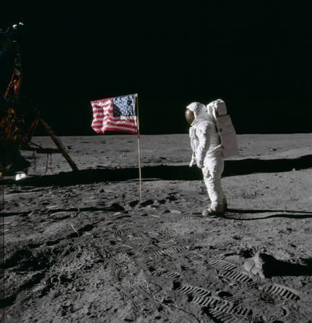 Sur la surface lunaire - 2