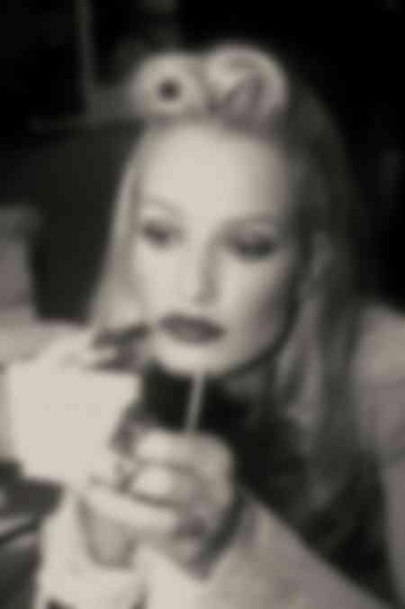Karen Mulder poniéndose maquillaje