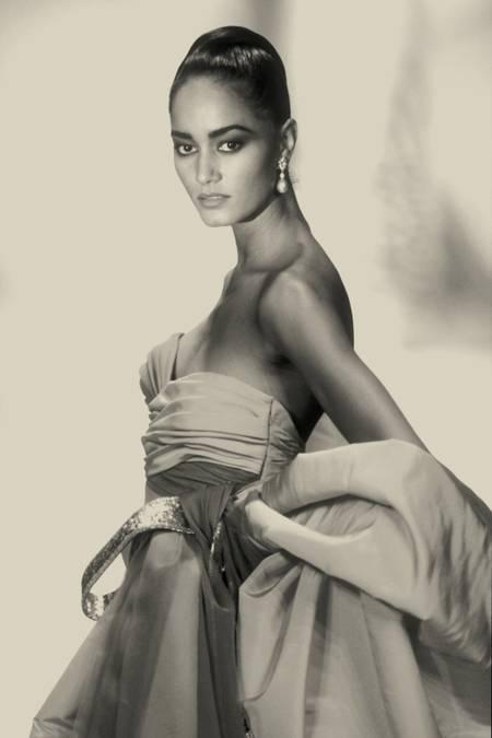 Ann Fiona posant en robe pure soie