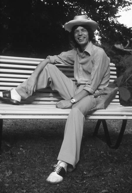 Mick Jagger souriant dans un parc