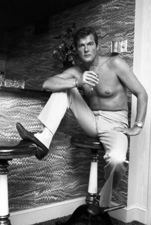 Roger Moore sur le tournage de James Bond