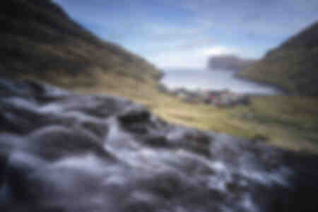 Cascada que desciende a Tjørnuvík Islas Feroe