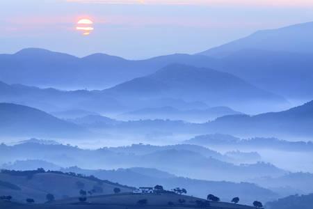 Morgendämmerung über dem Tal