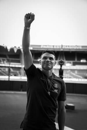 Thiago Silva saluant les supporters