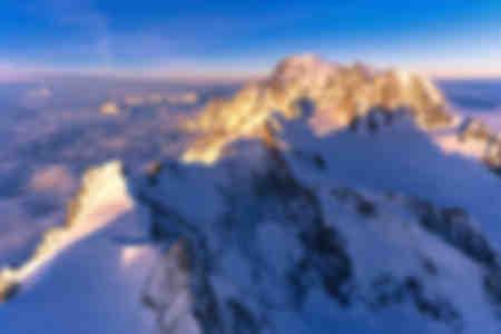 Luftaufnahme der schneebedeckten Gipfel des Mont Blanc