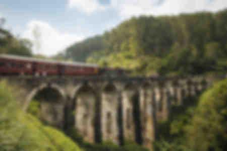 Zug überquert die Neun-Bogen-Brücke