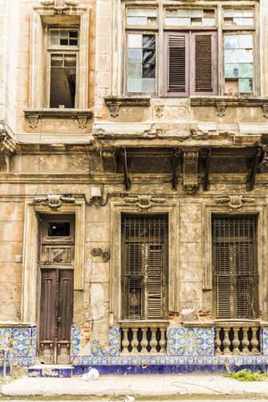 Un edificio magnificamente invecchiato a L'Avana