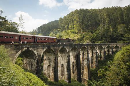 Treno che attraversa Nine Arch Bridge