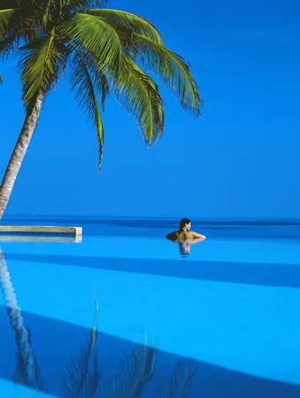 Femme dans une piscine Maldives