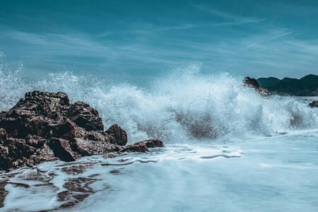 Grande vague sur les rochers
