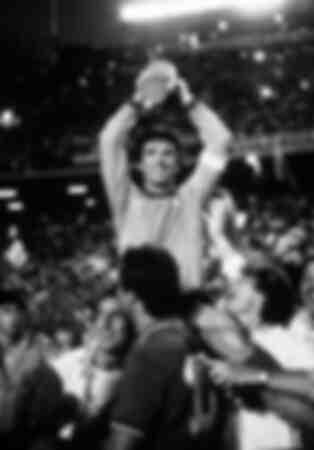 Dino Zoff raises the World Cup
