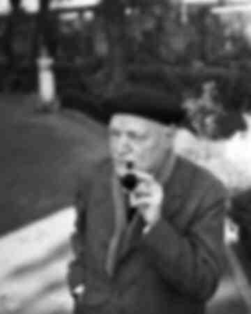 Giuseppe Ungaretti fuma la pipa