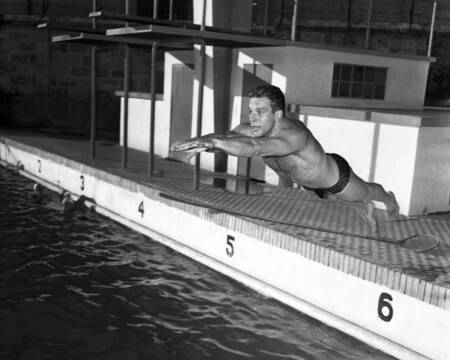 Bud Spencer trains in the pool