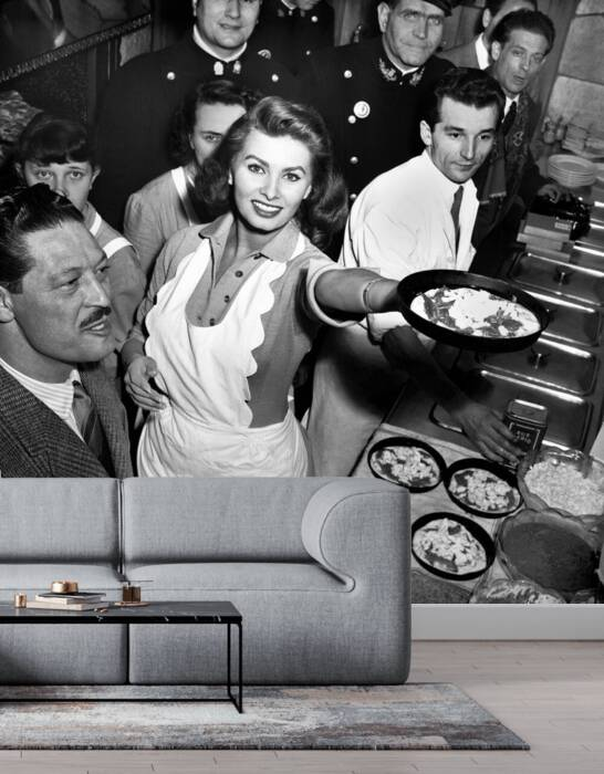 Sophia Loren prepares the pizza
