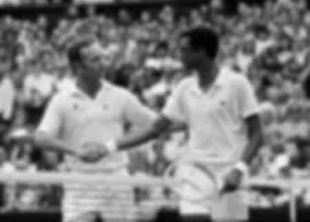 Arthur Ashe le da la mano a Rod Laver