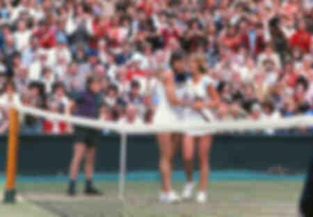 Martina Navratilova es felicitada por Chris Evert