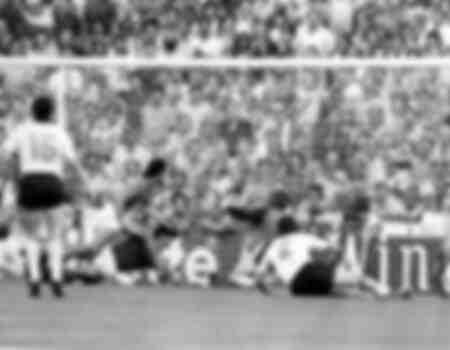 Paulo Rossi scoort het eerste doelpunt voor Italië