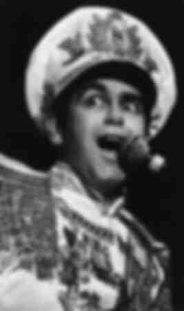 L'abbagliante Elton John sul palco del 1983