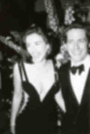 Elisabeth Hurley con Hugh Grant asisten al estreno en Londres