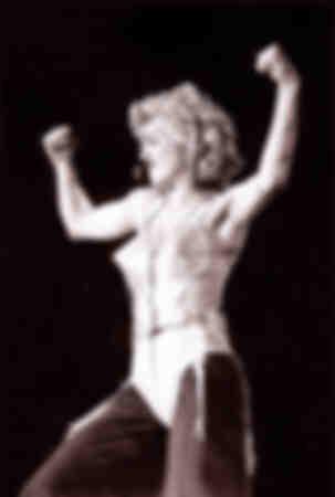 Madonna uppträder på Wembley-scenen