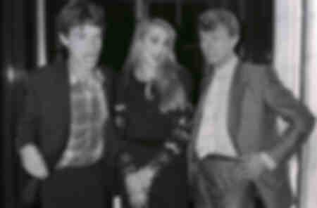 Mick Jagger met Jerry Hall en David Bowie tijdens een avondje uit in Londen
