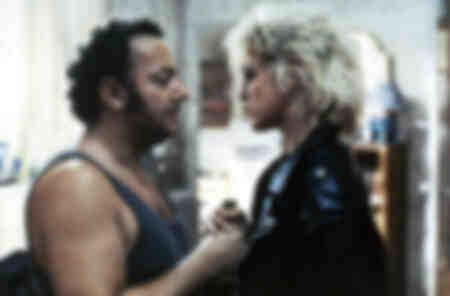 Coluche et Agnès Soral dans une scène du film Tchao Pantin