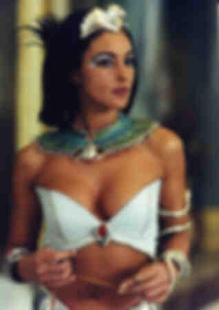 Monica Bellucci nei panni di Cleopatra