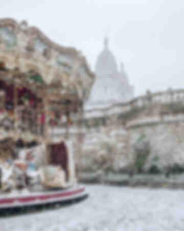 Paris - Carrousel Sacré Coeur under snön