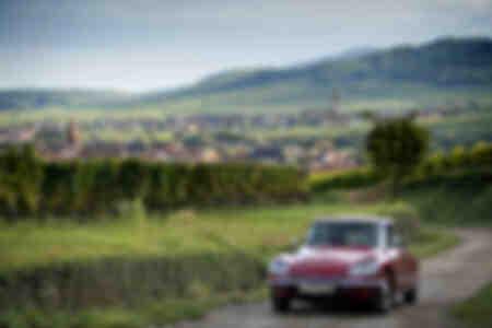 Citroën DS roulant sur la Grande Route des Vins
