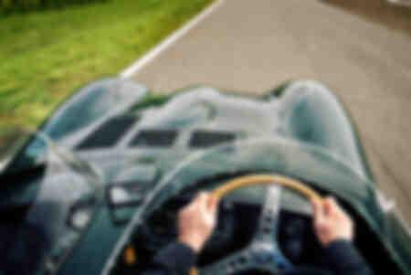 Alla guida di una Jaguar tipo D.