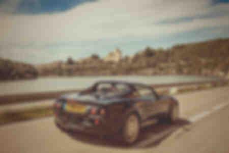 Lotus Elise fährt mit Geschwindigkeit