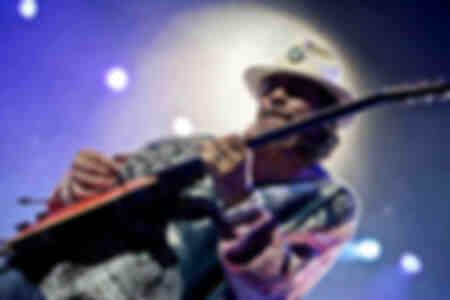 La leyenda de la guitarra Carlos Santana en el O2 Arena de Londres, octubre de 2010