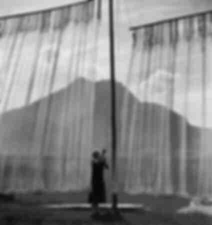 Frau beim Ausspannen von Fischernetzen 1938