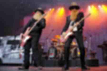 Le bassiste Dusty Hill et le chanteur Billy Gibbons de ZZ Top lors d'un concert au stade Gerry Weber