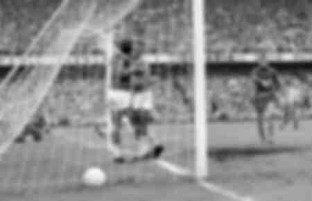 Le Brésilien Vava est étreint par Pelé