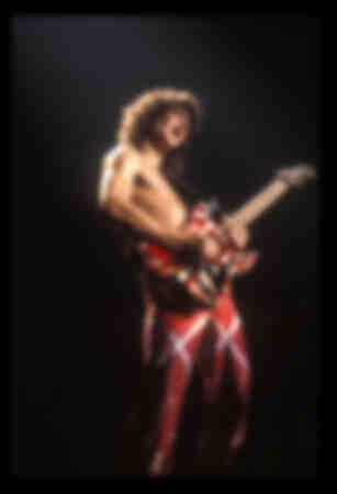 Il musicista Eddie Van Halen dei Van Halen si esibisce a New York