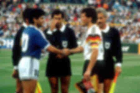 Maradona et Matthäus échangent des fanions