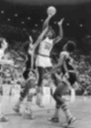 Earvin Magic Johnson gioca a basket per la Everett High School