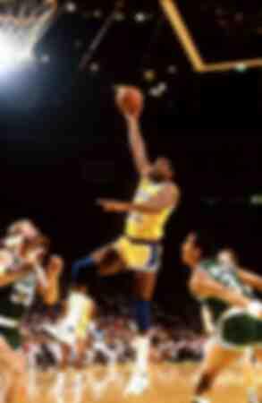 Earvin Magic Johnson von den Los Angeles Lakers mit einem Hookshot daneben Larry Bird und Dennis Johnson