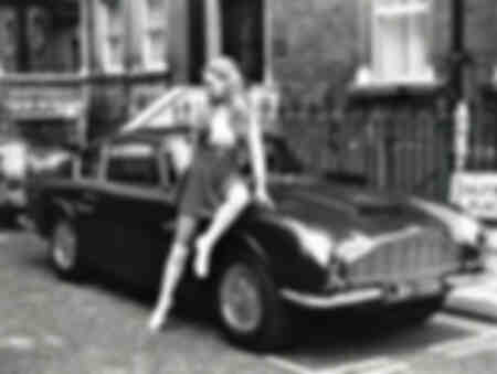 En modell poserar med Aston Martin DB6
